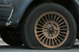 Τι πρέπει να κάνετε αν σας σκάσει το λάστιχο του αυτοκινήτου; – Cars