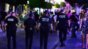 Κορωνοϊός – Μαγιόρκα: Αστυνομικοί κάνουν «καντάδες» στους πολίτες για να τους εμψυχώσουν