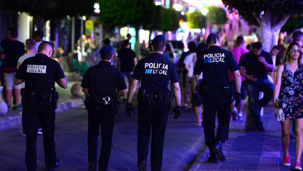 Κορωνοϊός - Μαγιόρκα: Αστυνομικοί κάνουν «καντάδες» στους πολίτες για να τους εμψυχώσουν