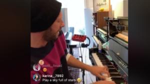 Κορωνοϊός: «Μένουμε σπίτι» παρέα με τον Κρις Μάρτιν των Coldplay