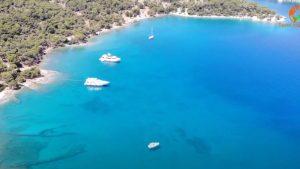 Ένα ταξίδι στην παραλία της Ζωγεριάς, με τα ωραιότερα γαλαζοπράσινα νερά των Σπετσών