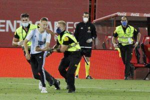 Ο πρώτος «εισβολέας» σε γήπεδο μετά την καραντίνα – News.gr