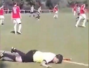 Επόπτης ποδοσφαιρικού αγώνα δεν μπορεί να σταθεί στα πόδια του από το… μεθύσι