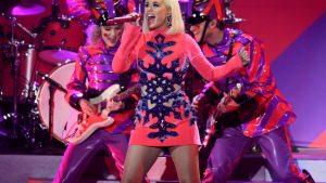 «Χορός της κοιλιάς»: Viral η ετοιμόγενη Katy Perry που χορεύει έξω από το αμάξι της