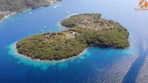 Το καταπράσινο νησάκι των Τηλεβοΐδων, που σε μαγεύει με τα νερά του