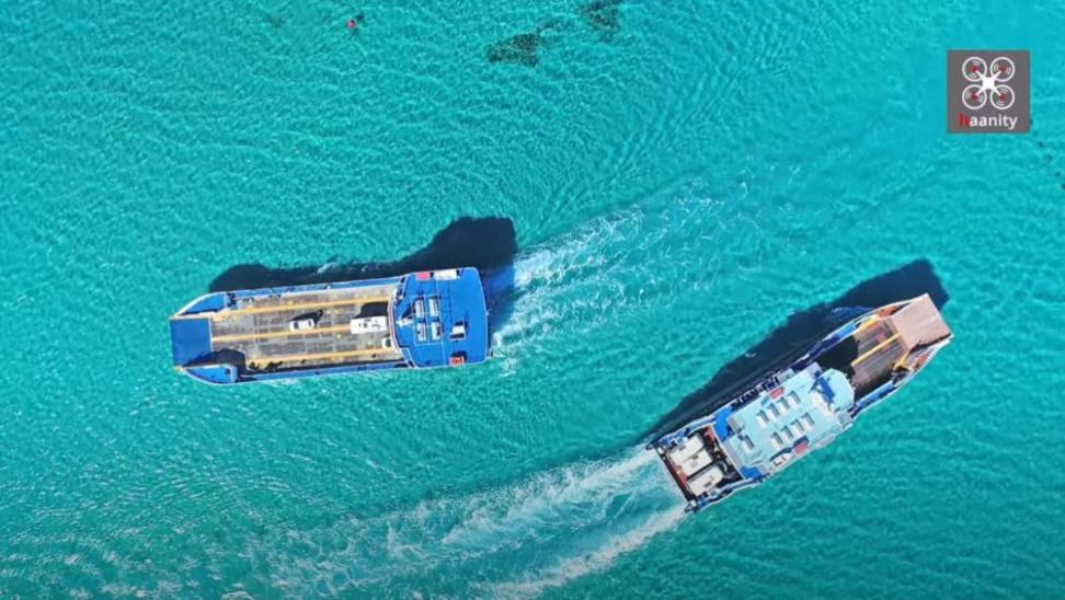 Το απόλυτο τιρκουάζ στην Ελαφόνησο: Η συνάντηση δύο πλοίων που κόβει την ανάσα